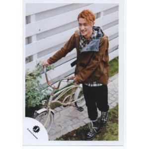 岩本照(Snow Man) 公式生写真/Jロゴ・少年たち 危機一髪!・衣装茶色×黒×白・カメラ目線・自転車持ち|arraysbook