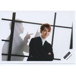 松本潤(嵐) 公式生写真/Japonism・衣装黒×白・腕組み・背景白×黒・背後に大野智 影|arraysbook
