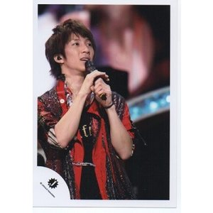 濱田崇裕(ジャニーズWEST) 公式生写真/Jロゴ・衣装赤×黒・マイク持ち・目線若干右|arraysbook