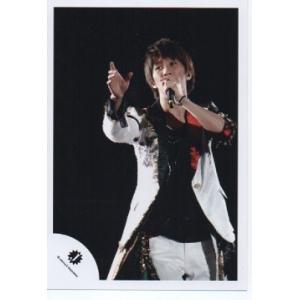 濱田崇裕(ジャニーズWEST) 公式生写真/Jロゴ・衣装白×赤×黒・マイク持ち・背景黒|arraysbook