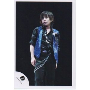 山田涼介(Hey!Say!JUMP) 公式生写真/Jロゴ・衣装黒×青・若干口開け・背景黒|arraysbook