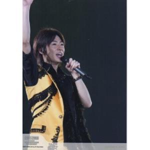 相葉雅紀(嵐) 公式生写真/COUNTDOWN CONCERT 2007-2008・衣装黄×黒・背景黒・マイク持ち arraysbook