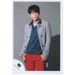 坂本昌行(V6) 公式生写真/衣装青×グレー・ズボン赤・口閉じ・目線右|arraysbook