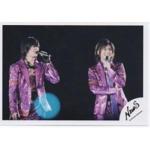 山下智久&加藤シゲアキ(NEWS) 公式生写真/衣装紫×黒・マイク持ち・背景黒|arraysbook