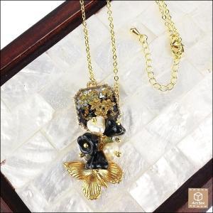 ブラスの小花と蝶のシェルネックレス ブラック&グレイ 大人可愛い ハンドメイド 一点物 artboxkyoto