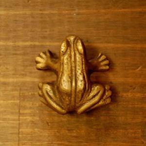 ブラス取っ手 真鍮把手 蛙・カエル型 ノブ・インドネシア直輸入・インテリアパーツ・古色仕上げ アンティーク仕上げ 家具部品 修理 DIY|artcrew