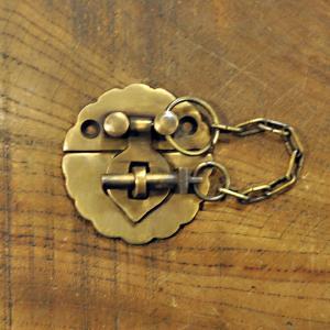 ブラス錠前606 真鍮金具 インドネシア直輸入 インテリアパーツ 古色仕上げ 扉用 鍵 地震対策 観音開き キャビネット金具|artcrew