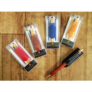本革そっくりな高級合皮を使用した文具シリーズに、 マグネットで装着できるペンホルダーが登場。 マグネ...