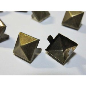 スタッズ(1個) 2001-ag 四角 ピラミッド型 アンティークゴールド 12mm 手芸用金具パーツ デコグッズ