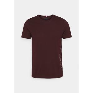 トミー ヒルフィガー Tシャツ メンズ トップス FLAG SIDE TEE - Print T-shirt - deep burgundy|astyshop
