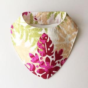 ハワイアンベビースタイSサイズ ハワイアンキルト柄 〈ホワイト&ピンク〉よだれかけ 手作りビブ 【送料無料】ハンドメイド ワンちゃんやネコちゃんに♪|atelier-ayumi