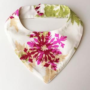 ハワイアンベビースタイMサイズ ハワイアンキルト柄〈ホワイト&ピンク〉よだれかけ 手作りビブ 【送料無料】ハンドメイド ワンちゃんやネコちゃんに♪|atelier-ayumi