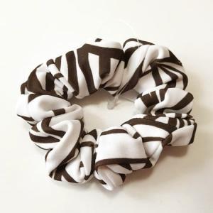 手づくり シュシュ ゼブラ柄 〈 ホワイト&ブラウン 〉 送料無料 クリックポスト ヘアアクセサリー ハンドメイド ストレッチ素材|atelier-ayumi