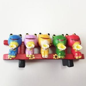 プルメリアを持っている ♪ お座り ベンチカエル 5匹〈カラフル〉バリ木彫り  アジアン雑貨 バリ雑貨 アニマル木彫り 置物|atelier-ayumi|02