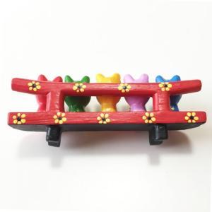 プルメリアを持っている ♪ お座り ベンチカエル 5匹〈カラフル〉バリ木彫り  アジアン雑貨 バリ雑貨 アニマル木彫り 置物|atelier-ayumi|03
