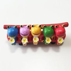 プルメリアを持っている ♪ お座り ベンチカエル BIG 5匹〈カラフル〉バリ木彫り  アジアン雑貨 バリ雑貨 アニマル木彫り 置物|atelier-ayumi