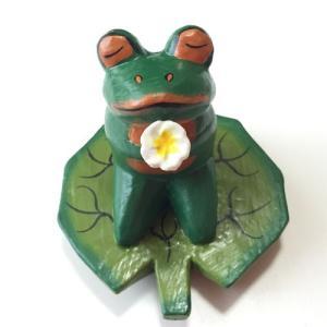 プルメリアを持っている♪ハスの葉カエル〈グリーン〉バリ木彫り 【アジアン雑貨】【バリ雑貨】アニマル木彫り・置物|atelier-ayumi