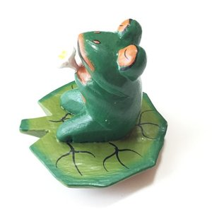 プルメリアを持っている♪ハスの葉カエル〈グリーン〉バリ木彫り 【アジアン雑貨】【バリ雑貨】アニマル木彫り・置物|atelier-ayumi|02