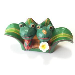 プルメリアを持っている♪ ペアー アニマル バナナリーフ ベンチ カエル〈グリーン〉バリ木彫り アジアン雑貨 バリ雑貨 アニマル木彫り 置物|atelier-ayumi
