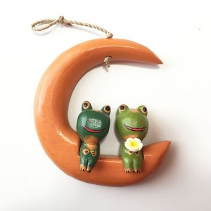 ほっこりラブアニマル 月とプルメリアを持ったカエルの木彫りのオーナメント【アジアン雑貨】バリネコ|atelier-ayumi