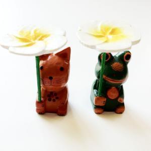 プルメリア の傘をかぶっている カエル〈グリーン〉バリ木彫り アジアン雑貨 バリ雑貨 アニマル木彫り 置物 インテリア 蛙 かえる|atelier-ayumi