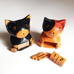 プルメリアをつけたアニマルカレンダー〈三毛猫/黒猫〉 木彫りオブジェ 【アジアン雑貨】インドネシアバリネコ ねこ|atelier-ayumi