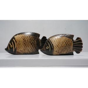 送料無料【水牛の角】さかなのカップル2匹セット 大11.5cm 小9.5cm 置物【手彫り】|atelier-erica
