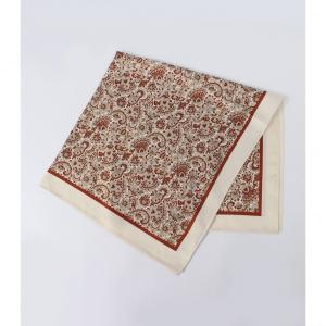 ペイズリー柄が華やかな雰囲気のスカーフ。エッジが無地トリミングになっているので、巻き方やアレンジで表...