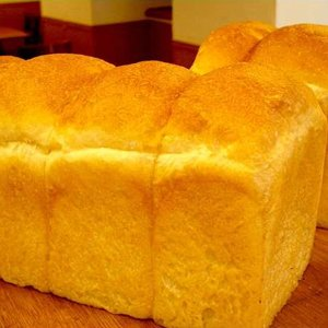 ※商品は1斤単位での販売となっております。  軽い歯ざわりのフランスパン風食パンです。縦に伸びた気泡...