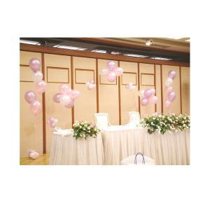 結婚式をバルーンでデコレーション。パールカラーのアーチとサイドブーケ一対がセットになったメインテーブ...