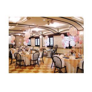 結婚式をバルーンでデコレーション。ゲストテーブル用のバルーンブーケ。3つの浮きバルーンがセットになっ...
