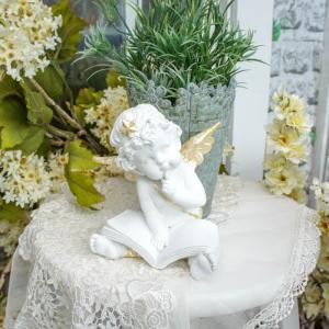 ゴールドの星の冠を付けた可愛い天使のオブジェです。 読書をしているポーズや表情がとても愛らしく 見る...