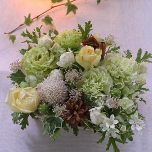 新鮮な旬のお花でボリュームたっぷり!花持ちが良く上品な色づかいのフラワーケーキ。画像配信サービスあり...