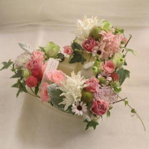 フラワー ギフト 誕生日 結婚 お礼 感謝 アレンジメント ハート 季節のお花を使った生花 フラワーケーキ 花 ジャスミン|beautiful-boy