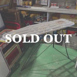 ヴィンテージのアイロン台 / アイロンテーブルです。  折りたたみ式、ホワイト×ブラック のメタル製...