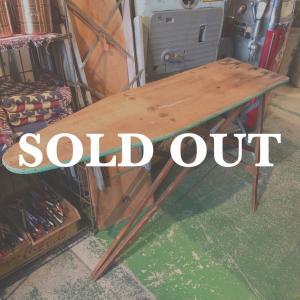ヴィンテージのアイロン台 / アイロンテーブルです。  木製の温かみのあるナチュラルな雰囲気がありま...