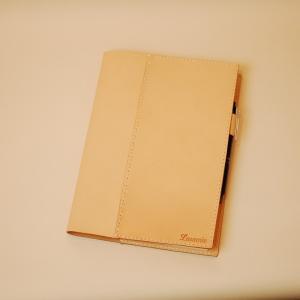 1.0mm厚の「はり」のある100%姫路産ヌメ革を使用し丁寧に仕上げました。 使用する姫路産本ヌメ革...