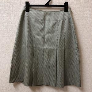 23区 23区 薄グリーン系のプリーツスカート ひざ下丈 斜めしま サイズは38 シルク混の光沢が綺麗|bimota