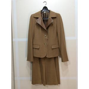 K.T. ベージュスカートスーツ 羊毛、カシミヤ、ポリウレタン 襟一部合皮 スカート一部ポリエステル bimota