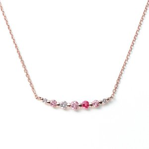 【LINE NECKLACE】 グラデーションにセットされたストーンの柔らかな曲線が美しいネックレス...