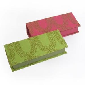 〔初心者用〕  初心者向け メガネケースキット カラーは2色。生地に小判型の刺しゅうが施されています...