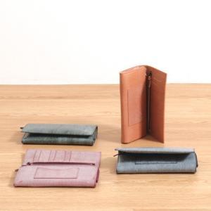ロウ引き仕上げの上質なイタリア製レザーを使った、カラーバリエーション豊富な小物シリーズ。革の切り目仕...