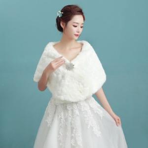 ブローチ付きホワイトケープ 花嫁 パーティ 結婚式 ファー あったかアイテム パーティー 防寒 ふわふわ かわいい おしゃれ bouquet-de-coton