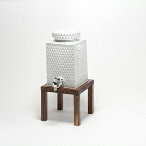 224porcelainダイヤ彫 焼酎サーバー 深く彫られた文様のシャープさは、見る角度、光の当り具合によって表情を変え印象を変えます。白磁の凛とした佇まい bricbloc