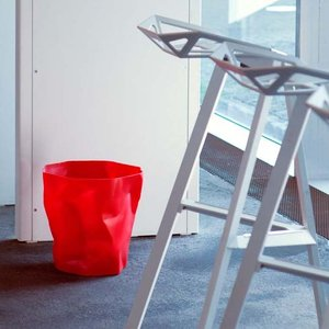 essey Mini BinBin Redダストボックスゴミ箱インテリアクシャクシャに潰された表面アートなゴミ箱エコ素材であるポリエチレン製ギフト観葉植物の鉢カバー|bricbloc