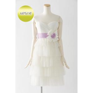 軽やかなチュールの雰囲気が印象的な、膝丈ショートドレス ベアトップの胸元に高い位置でマークされたラベ...