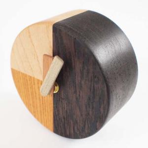 小泉誠デザインの小さな時計です、すっきりとちっちゃくて、シンプルなので、な〜んにもない空間にもよく似...