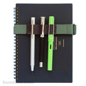 ペンホルダーのついていない手帳や本などと一緒にペンなどを持ち運ぶのに便利なブックバンドです。 LAM...