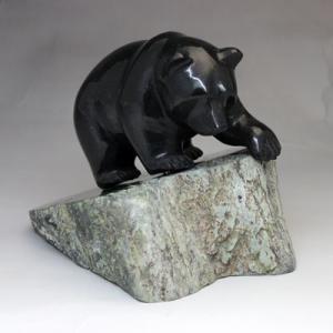 カナダ 翡翠 の 熊 の 置物 「 深緑の大きな熊 」 BC州産 ネフライト ヒスイのクマ カナダ 旅行 の お土産 にどうぞ 50%OFF