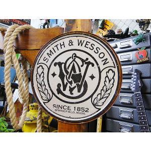 スミス&ウェッソンのラウンドロゴ看板 アメリカ雑貨 アメリカン雑貨 サインプレート ティンサインボード|candytower